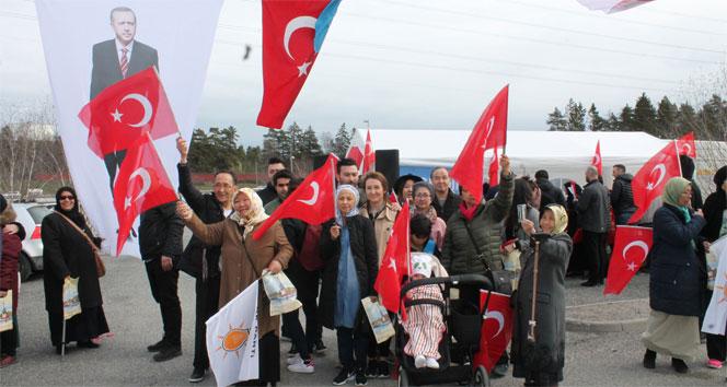 İsveçte Türk seçmenler, referandum için sandık başında
